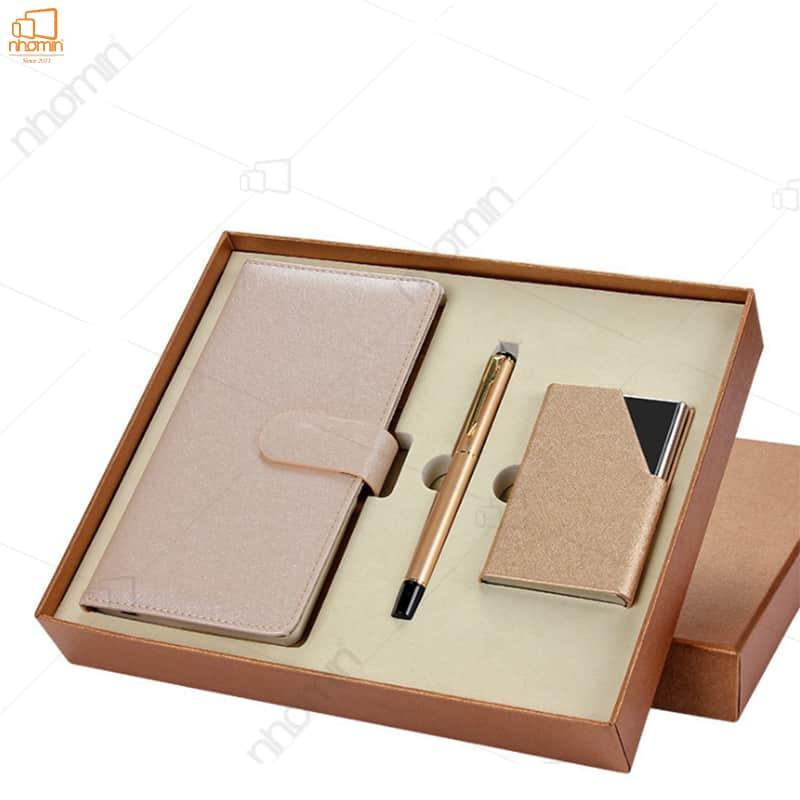 Set gồm: Sổ bìa da, bút kí, ví name card kèm hộp và túi giấy
