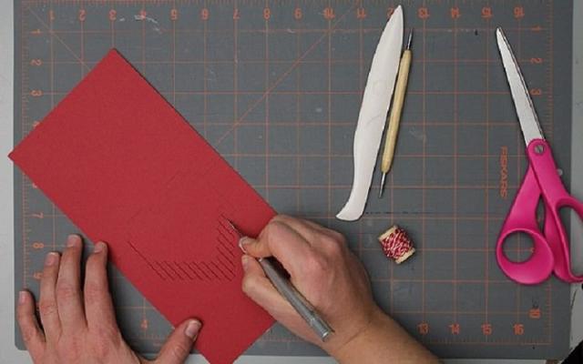 Dùng dao rọc các vị trí đường đỏ trên hình