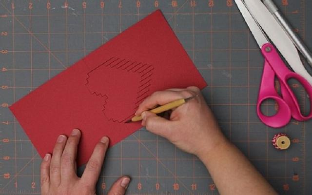 Dùng sống dao rọc giấy di nhẹ dọc theo các nét in chưa cắt
