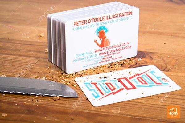 Thiết kế thẻ nhựa với màu sắc nổi bật